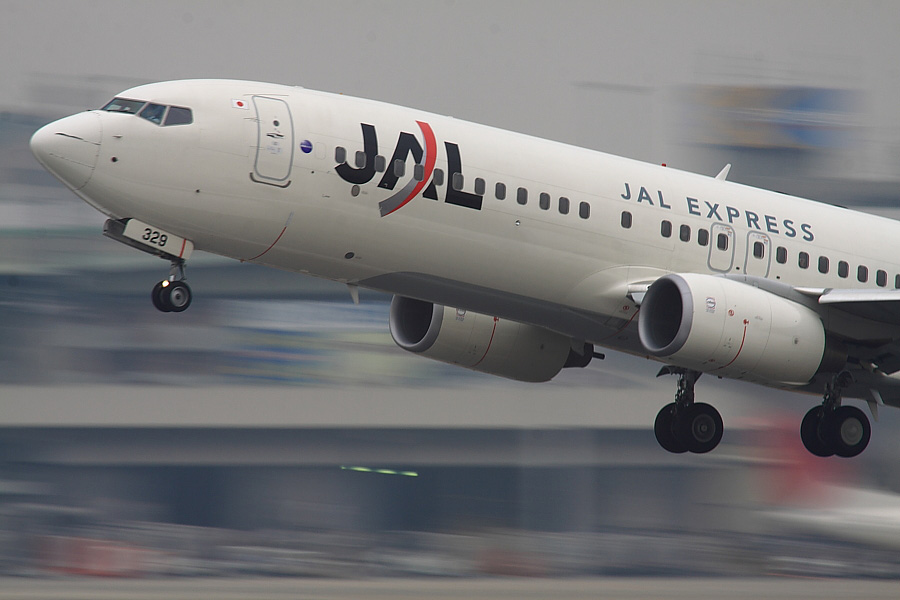 JEX B737-846 JAL2465@RWY14Rエンド猪名川土手(by EOS 50D with SIGMA APO 300mm F2.8 EX DG/HSM + APO TC2x EX DG)