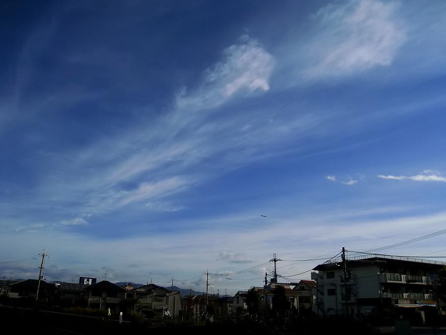 今朝の爽やかな空@通勤途中(by IXY DIGITAL 910IS)