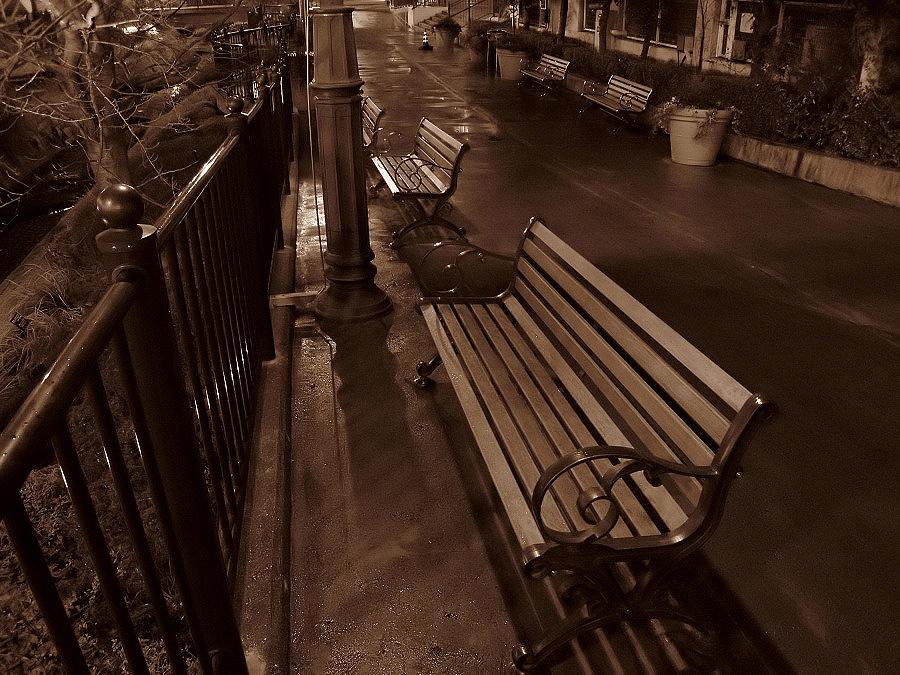 雨上がりのベンチ@つかしん(by IXY DIGITAL 910IS)