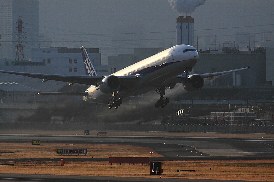 ANA B777-381 ANA16@下河原緑地展望デッキ(by EOS 50D with SIGMA APO 300mm F2.8 EX DG/HSM + APO TC2x EX DG)