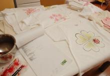 アーティストママのつれづれ日記-手描きTシャツ作業中