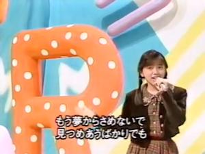 テレビスタジオで歌う満里奈