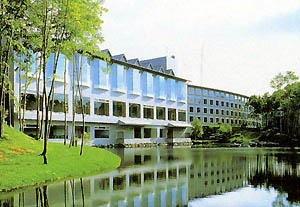 池のある大沼プリンスホテル