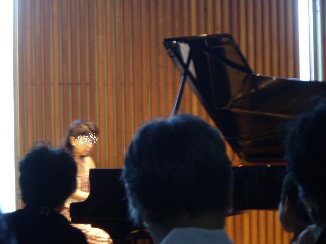 コピー ~ さなえちゃんピアノ演奏中
