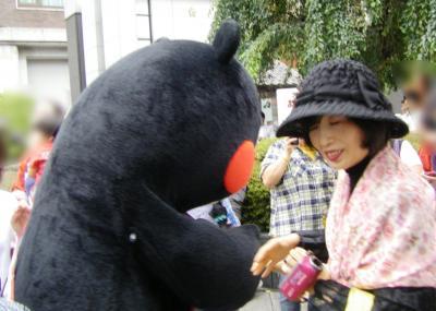 くまモンと握手
