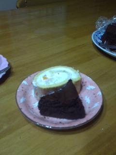 ロールケーキとチョコレートケーキ