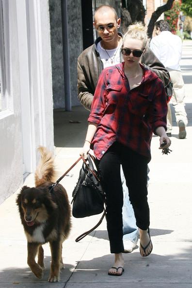 Amanda+Seyfried+friend+take+dog+Finn+out+explore+-dVGZly4gWCl.jpg