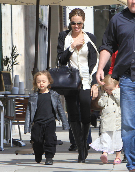 Angelina+Jolie+Takes+Twins+Shopping+GZD7cAuYU_1l.jpg