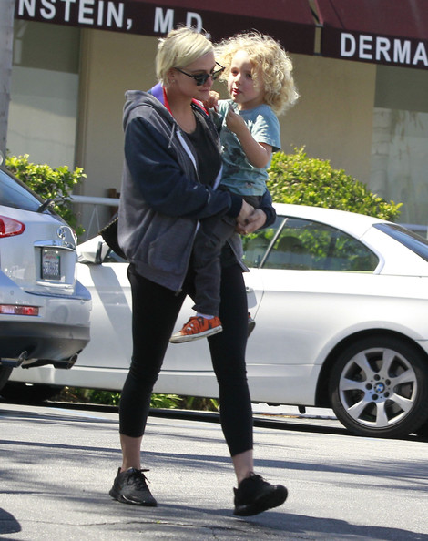 Ashlee+Simpson+Son+Leaving+Dermatology+Clinic+bgTldLuuqO0l.jpg