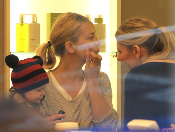 Kate+Hudson+Shops+Cosmetics+Bingham+LT61AvxVv-al.jpg