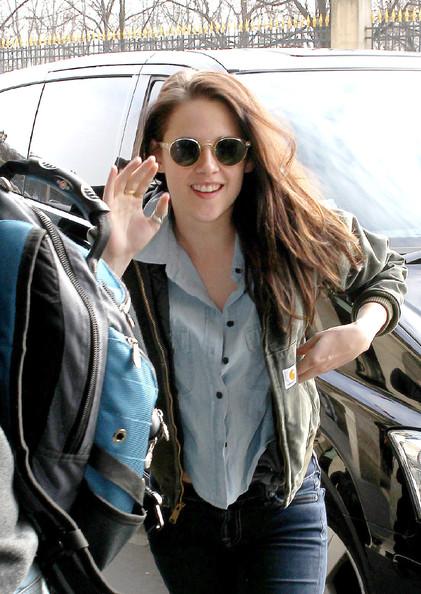 Kristen+Stewart+arriving+Charles+de+Gaulle+_OLppRS7rYZl.jpg