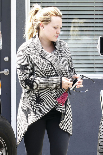 Makeup+less+Hilary+Duff+grabs+healthy+lunch+VGP6OasmlWQl.jpg