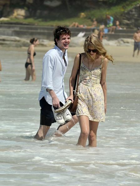 Taylor+Swift+on+the+beach+8YAoiTMWievl.jpg