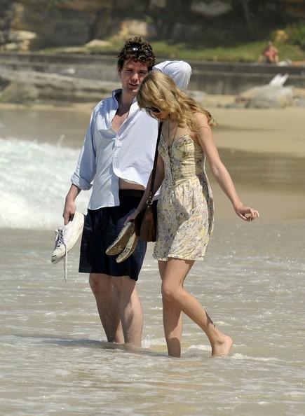 Taylor+Swift+on+the+beach+GuQe6KPb0jcl.jpg
