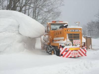 この辺りは雪深く、除雪車があります。