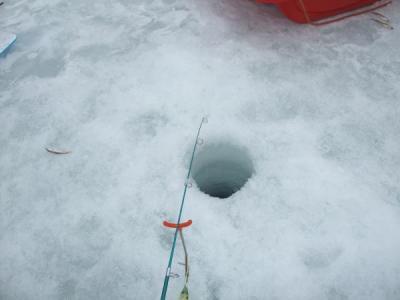 凍った湖に各自穴をあけ、対決スタート!