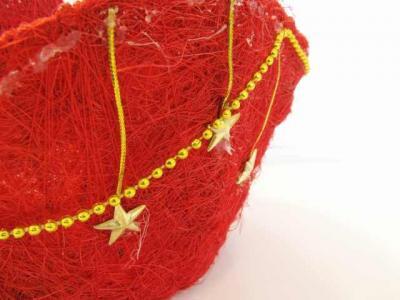 星と金の飾りが付いた赤い色のカゴ アップ