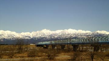 橋と残雪の山並み2