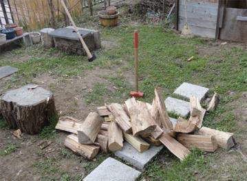 斧とかけやで薪割り