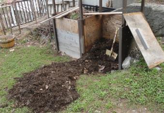 堆肥を掻き出す