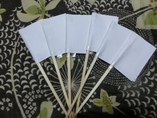 紙を貼った割り箸6本