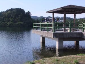 湖に浮かぶ休憩所