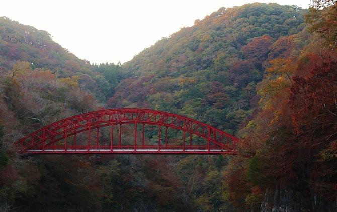 神龍湖にかかる深紅の橋
