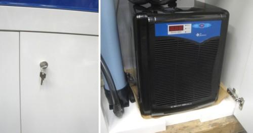 キャビネットには鍵が掛ける事ができ、クーラーの吸気のためにキャビネットに切り込み加工が施されています。