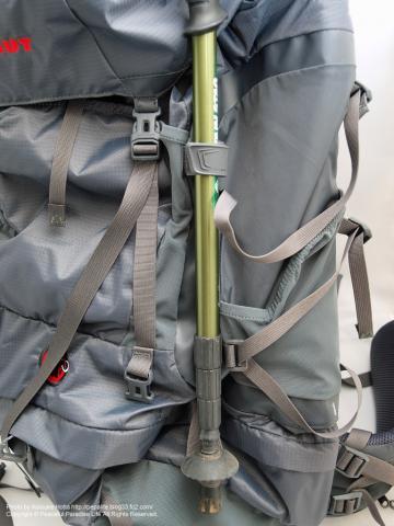 MAMMUT HERON LIGHT 65+15(マムート・ヘロンライト65+15)、トレッキングステッキを装着