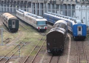 左に紀勢トワイライト留守番組、右にSL北びわこ号客車