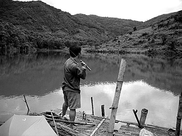 貯水池で釣りをする運転手補正