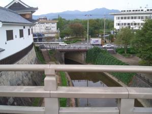 お堀の橋から見た