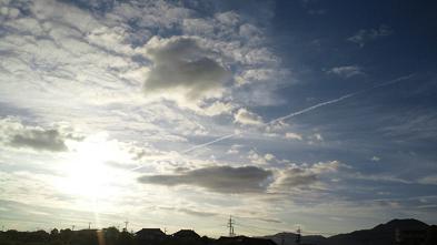 ひこうき雲と夕日