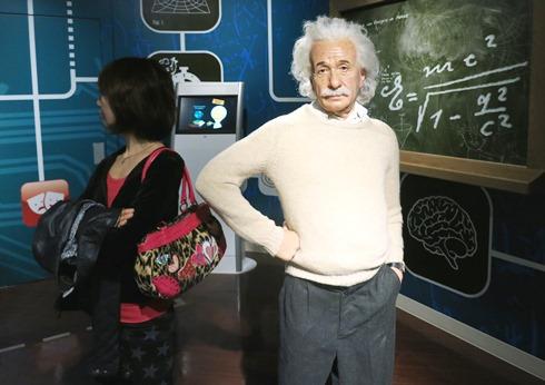 2)アインシュタインと