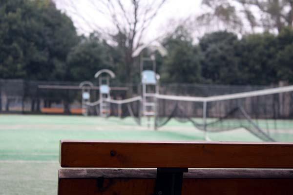 テニスコートまだ誰もいるわけないね。