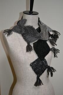 ドミノ編みモチーフのマフラー