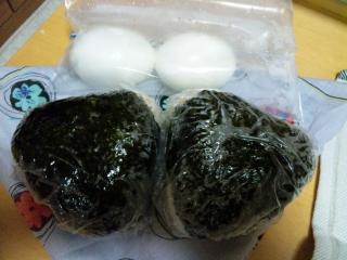 2010/11/23の夜勤おにぎりとゆで卵