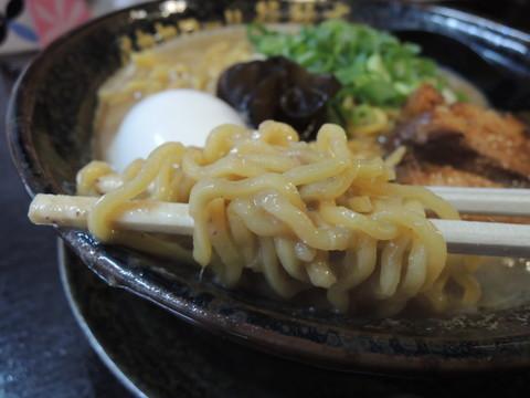 白豚骨の麺