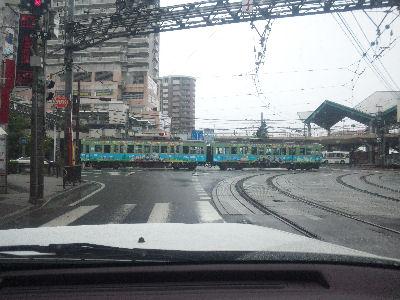 路上を走る京阪電車