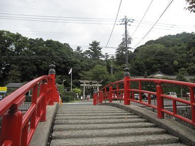 鳥居が入るように赤い橋の上で写真を撮ると良いんだそうです(笑)
