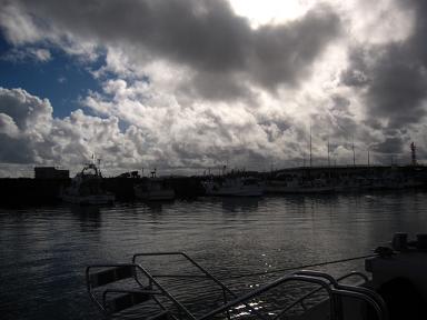 本島は雨雲に覆われてました。