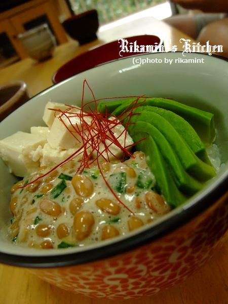 DSCF7・1塩麹豆腐とアボカドの納豆丼 (8)