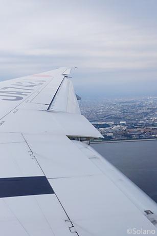 JAL羽田に向け東京湾上空を飛行