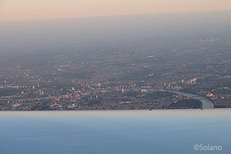機内から見下ろすロンドンの街並みテムズ川