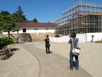 nikko81さんを撮るtomさんの図@改修工事中の鶴ヶ城天守閣