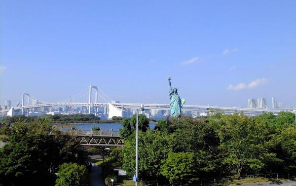 自由の女神とレインボーブリッジ1〔フリー写真〕