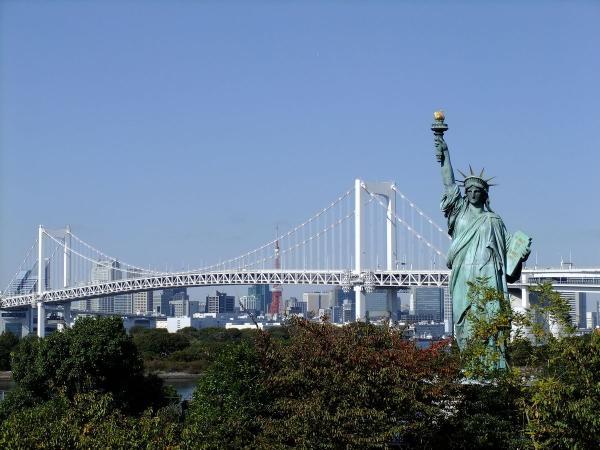 自由の女神とレインボーブリッジ2〔フリー写真〕