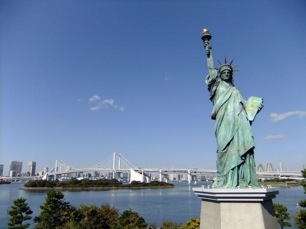自由の女神とレインボーブリッジ4〔フリー写真〕