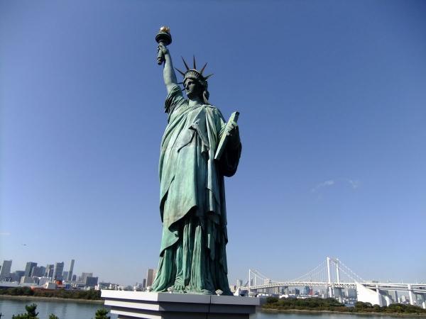自由の女神とレインボーブリッジ5〔フリー写真〕