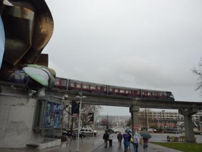 モノレールと傘